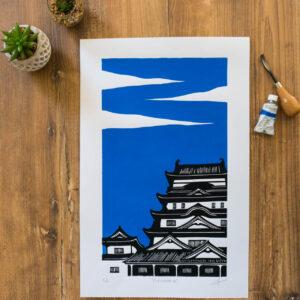 linogravure du château de fukayama au japon sur fond bleu